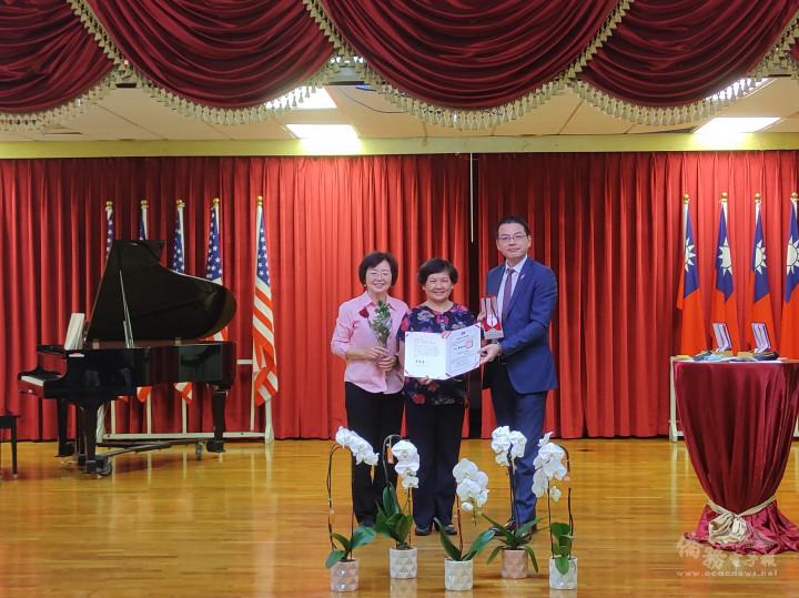 黃芝宜領取20年教學證書和銀質獎章