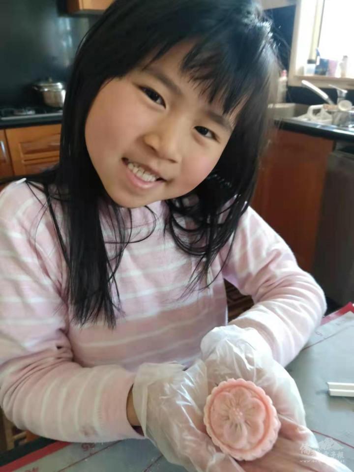 學生動手做月餅