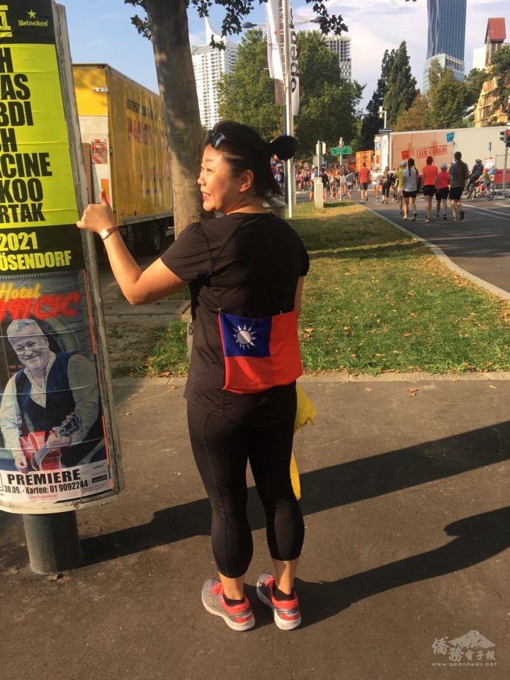 Austria-resident artist Hsieh Mei-fangpinned on an ROC flag when participating in the 38th Vienna City Marathon.