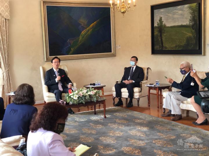 童振源(左)接受華文媒體採訪,華府文教中心主任郭大文(右2)