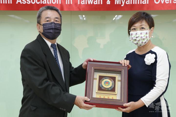 徐佳青副委員長頒贈感謝狀予中華民國緬甸在臺校友聯誼會理事長李沛