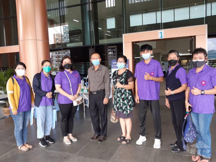 清萊省教育廳民校協會會長哇拉察。宮高(左4)探望種疫苗的教師合影