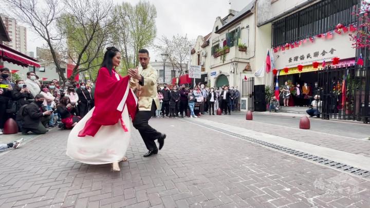 阿根廷僑民慶祝中秋節 以臺灣風串聯多位藝術家表演 與僑民及當地民眾分享中秋團圓歡樂氣氛