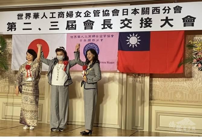 謝美香(中)擔任第2、3屆會長監交人