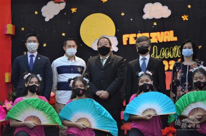 趙僑務委員(右2)、華僑總會陳會長(中)、廣東同鄉會關會長(左2)及杜僑務秘書(左1)出席欣賞學生們的演出