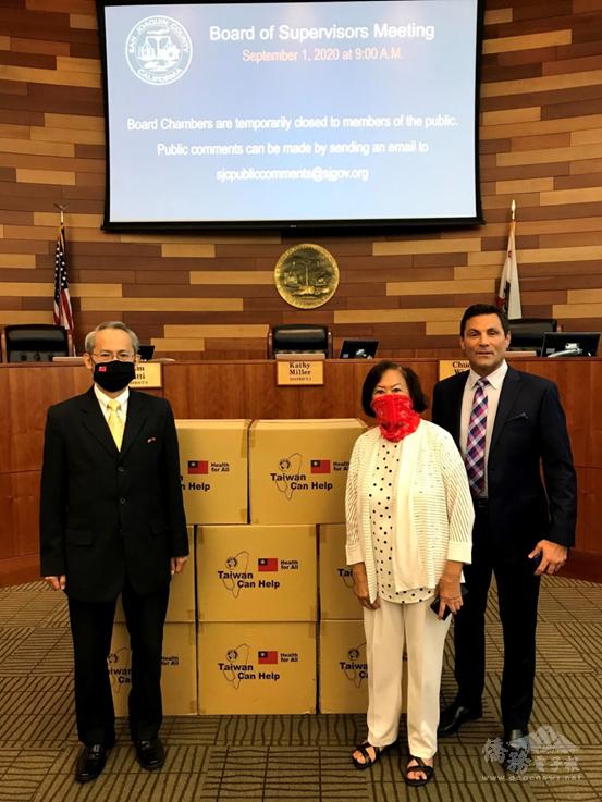 2020年9月1日賴銘琪(左)代表北美洲臺灣商會聯合總會捐贈一萬片醫療口罩予加州聖華金郡(San Joaquin),由郡長Tom Patti(右一)代表接受