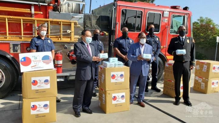 處長黃敏境(左2)代表臺灣捐贈口罩予洛杉磯郡,感謝消防人員在森林大火期間勇敢及堅定的貢獻。