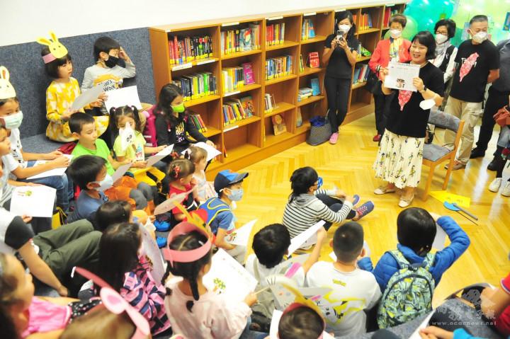 老師用活潑逗趣的方式向小朋友們介紹中秋節「吳剛伐木」的故事由來