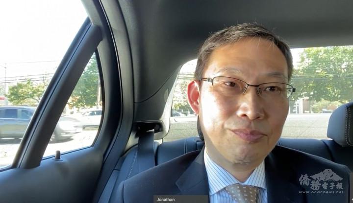 駐波士頓辦事處處長孫儉元在車上為中華專協年會致詞。