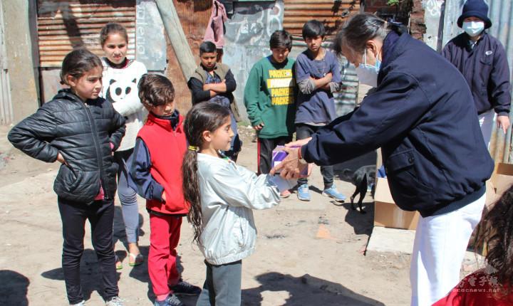 志工捐贈鞋子給小朋友