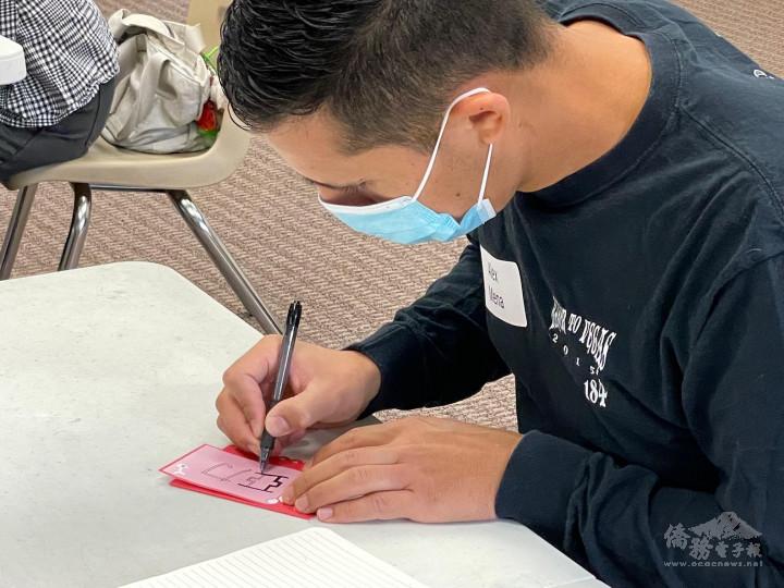 學生練習用中文寫自己的名字
