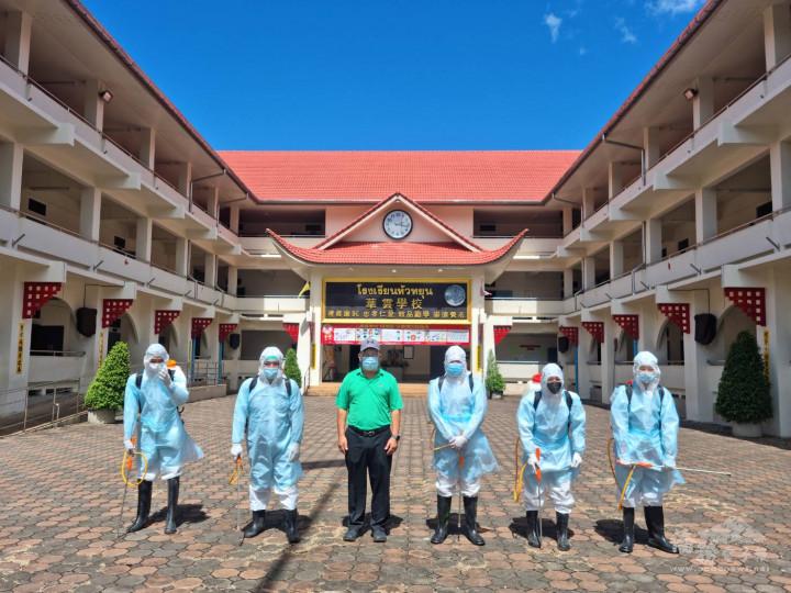 美賽鵬威漢救助協會會長歐陽家俊(左3)帶領團隊為華雲學校噴藥消毒