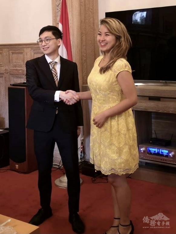 左起:蕭敬騰(青商會會長), 張菀庭(前會長)