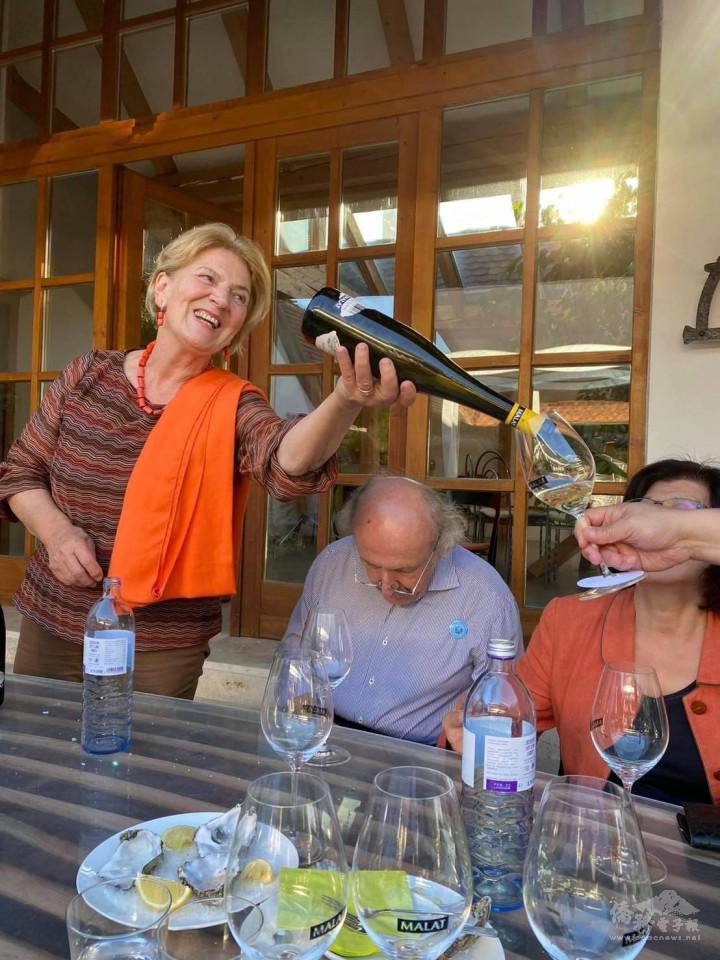Michael Malat的母親熱情地帶領大家品酒