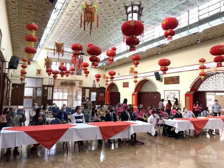 僑領、華僑總會理監事、華文班舞蹈組師生及家長共同觀賞舞蹈表演