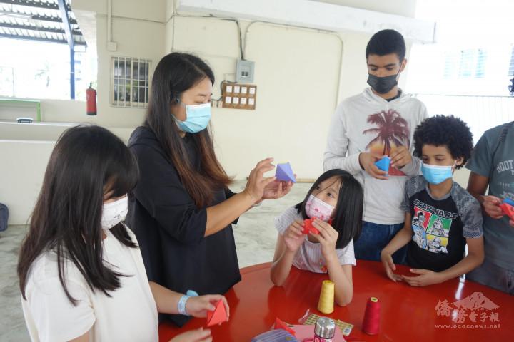 詹鈞雯老師教授學生製作粽子掛飾