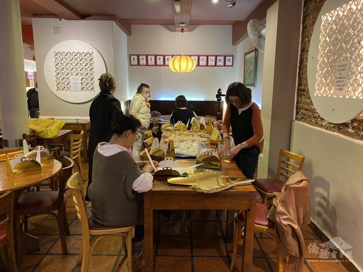阿根廷世華姐妹分工合作包裝月餅禮盒