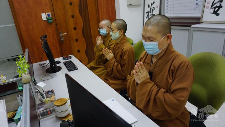 妙淨法師〈中〉與覺林法師〈右〉帶領大家誦念《心經》祈福。