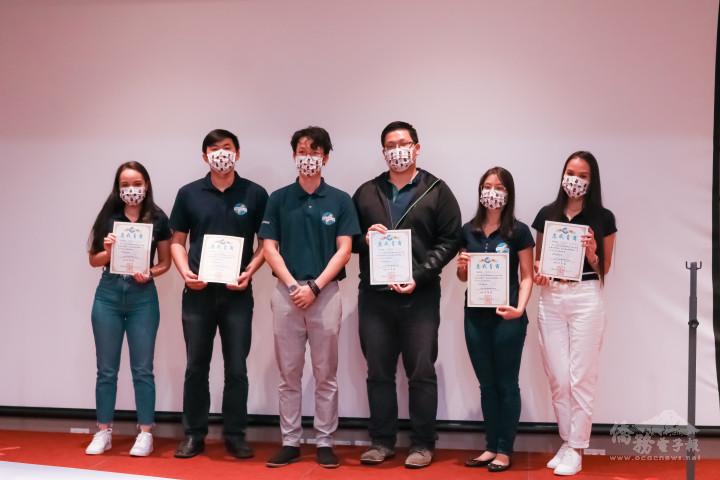 第四屆巴拉圭青商會會長洪聖雍頒發感謝狀予第四屆理事團隊,並合影留念。