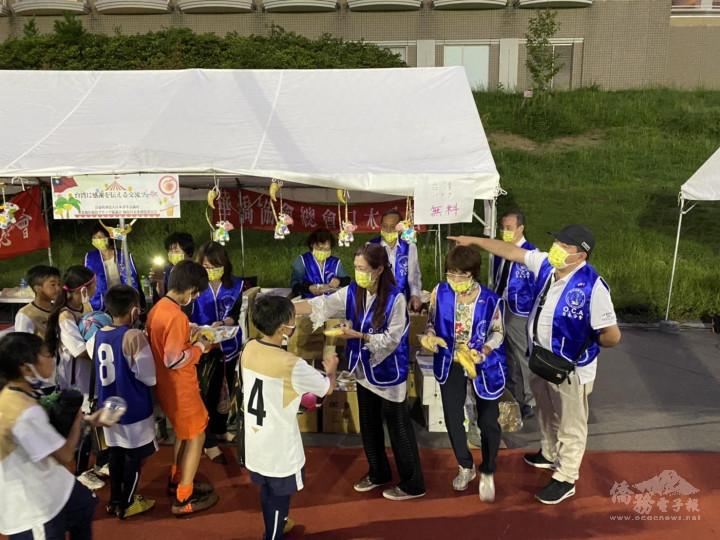 分發台灣香蕉及小提燈予參加足球小朋友