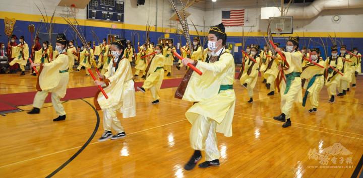 新澤西中文學校學生於祭孔大典中佾舞獻禮, 表現中華文化之美.