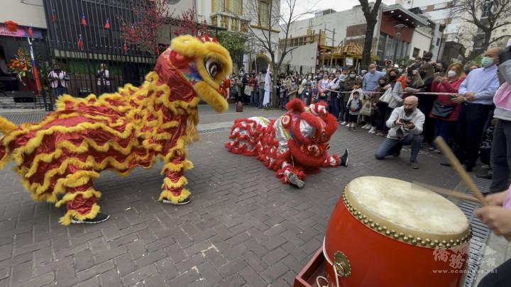阿根廷華興中文學校舞獅隊 活靈活現的舞獅表演讓眾人大開眼界