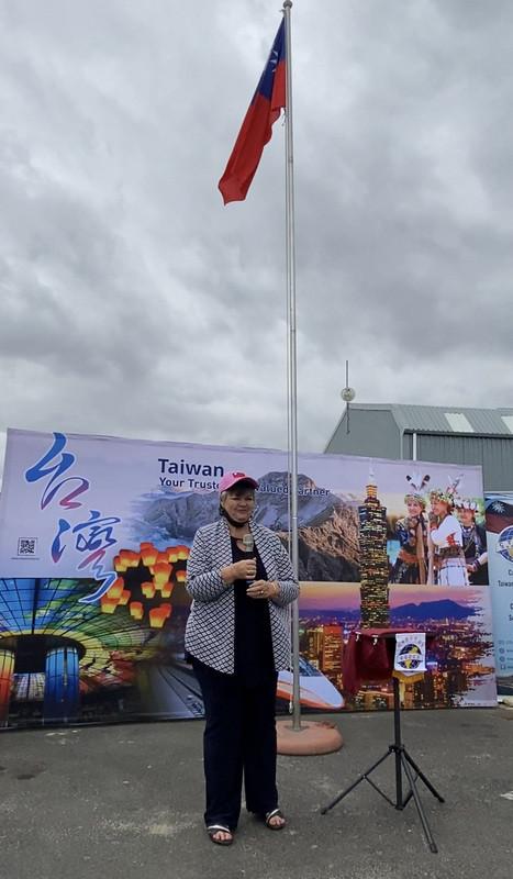 南非開普敦台灣商會3日舉辦慶祝中華民國110年國慶升旗典禮,南非國會議員威爾森受邀出席致詞。(駐南非開普敦辦事處提供)