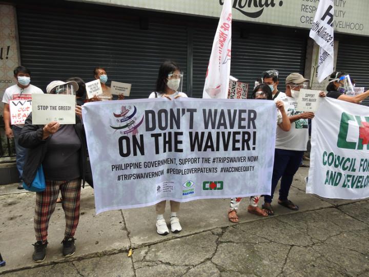 人民健康權聯盟、疫苗守衛、健康與發展協會等菲律賓民間團體13日號召支持者前往貿工部,要求馬尼拉當局在WTO智財權理事會上,支持暫時豁免COVID-19疫苗專利保護。