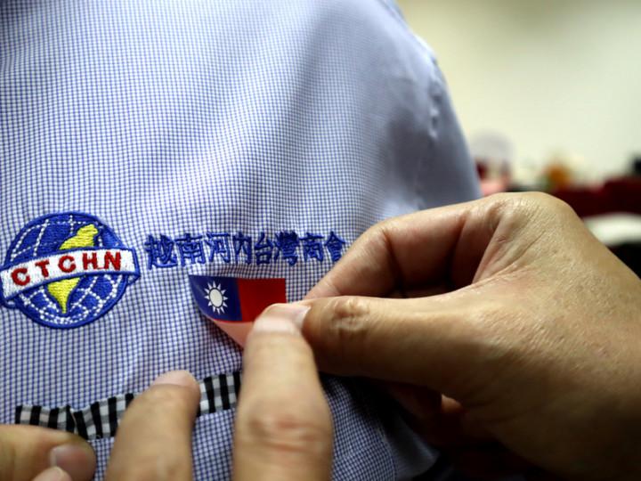 河內台商會9日舉辦國慶活動,出席的台商左胸前都貼著中華民國國旗貼紙。