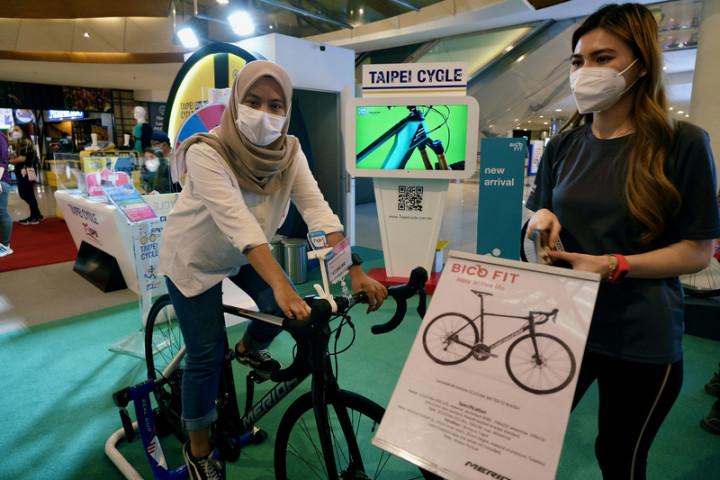 雅加達台灣貿易中心7日至9日在購物中心舉辦商展,雅加達在疫情後興起騎自行車風氣,印尼民眾對參展自行車詢問度高。