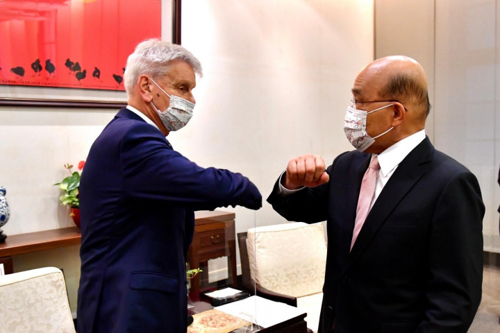 Premier Su Tseng-chang (right) receives French Senator Alain Richard—chairman of the French Senate′s Taiwan Friendship Group—along with the rest of his delegation, expressing hope for the continued advancement of friendly bilateral relations.