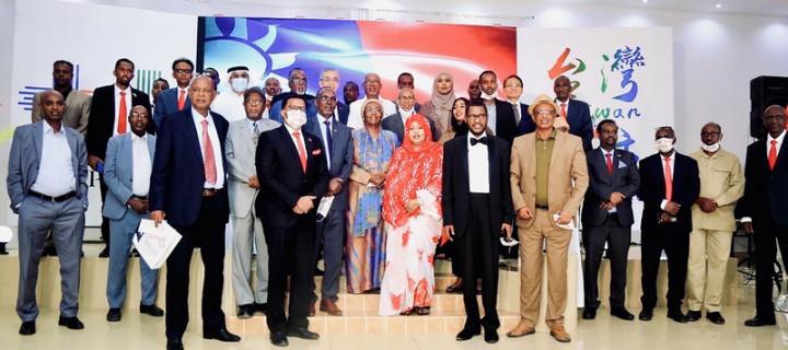 駐索馬利蘭代表處7日晚間舉辦中華民國110年國慶晚會,冠蓋雲集,多名部長出席。駐索馬利蘭代表羅震華 、索馬利蘭副總統賽利希與所有出席貴賓合影留念。(駐索馬利蘭代表處提供)
