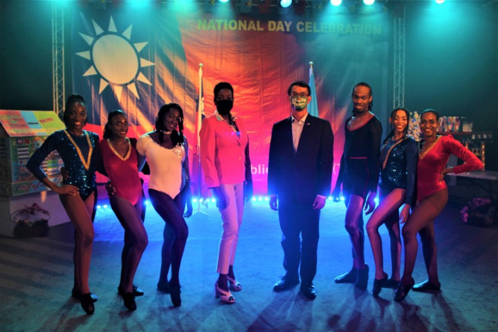 聖露西亞舞團「舞蹈傳奇」(Dance Legends)受邀在駐聖露西亞大使館雙十晚會上演出,並與駐露國大使陳家彥(右4)合影留念。(駐聖露西亞大使館提供)