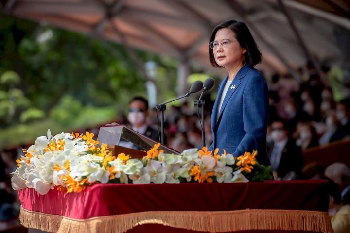 蔡英文總統在雙十國慶談話中,強調中華民國的主權立場,並用「四個堅持」定位台灣、劃出底線。圖為110年國慶,蔡英文總統發表談話。圖:總統府提供