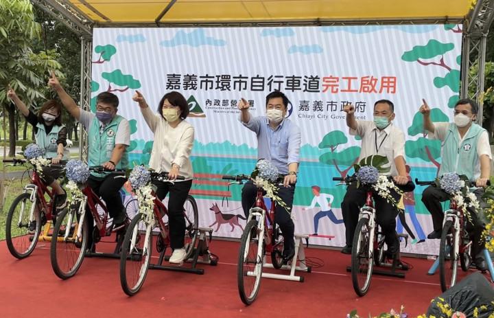 內政部陳宗彥次長(左4)與嘉義市長黃敏惠(左3)出席嘉義市環市自行車道啟用典禮