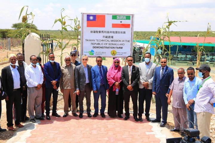 中華民國駐索馬利蘭技術團與索國農業部合作成立示範農場,並由駐處代表羅震華(前排左5)與農業部長奧斯曼(Mohamed Haji Osman,前排左6)共同揭幕後正式啟用