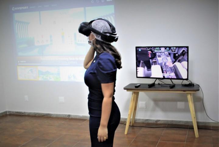 經貿空間台灣虛擬展館,來賓體驗虛擬實境裝置。(駐巴西代表處提供)