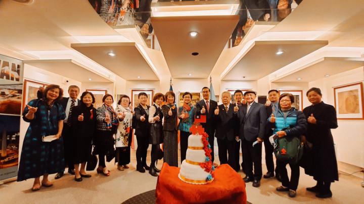 駐阿根廷代表處7日舉辦中華民國110年國慶活動,駐根廷代表曹立傑(右7)邀僑界社團領袖出席同慶。