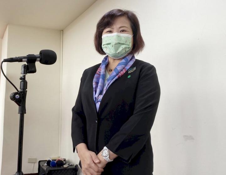 台灣因COVID-19疫情實施邊境管制,移工難入境使產業頻傳缺工,勞動部長許銘春(圖)13日在立法院接受媒體聯訪時表示,目前正跨部會研擬鬆綁入境配套,目前規劃有完整施打疫苗者會優先允許入境。(圖:中央社)