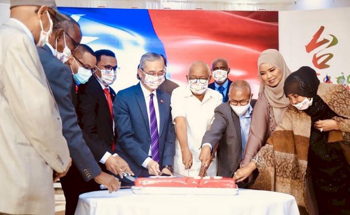 駐索馬利蘭代表處7日晚間舉辦中華民國110年國慶酒會,冠蓋雲集,多名部長出席。駐索國代表羅震華(左5)與貴賓共同切下蛋糕。(駐索馬利蘭代表處提供)