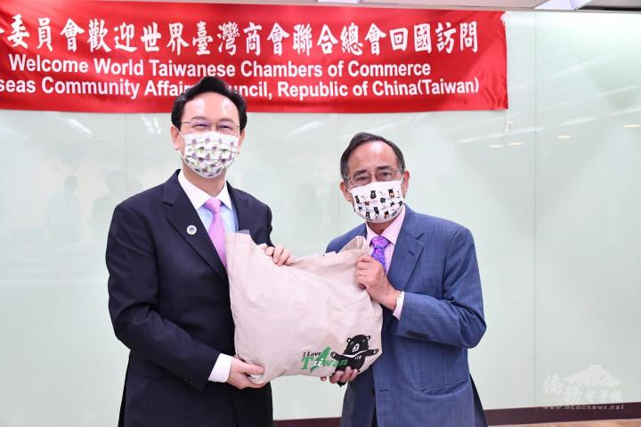 童振源(左)致贈紀念禮品予世界臺灣商會聯合總會新任總會長王德(右)