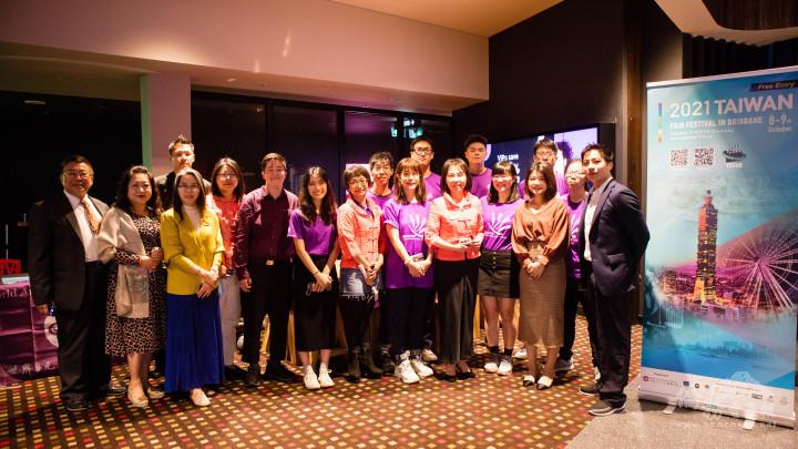 吳佩珍會長(前排右4)與活動志工合影