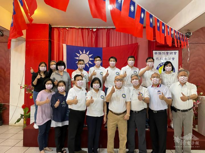 華僑協會總會巴拉圭分會110年國慶晚會活動,與會人員戴上僑委會致贈的國旗口罩,現場旗海飄揚。