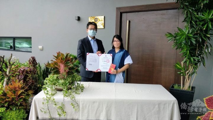 駐汶萊代表處李憲章大使代表僑務委員會童委員長振源頒發海外僑民學校教師獎勵予獲獎老師