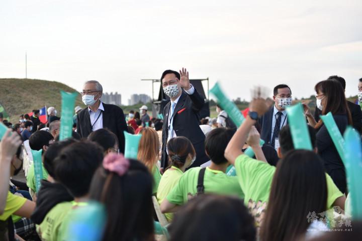 今年共有約1,000位僑胞與僑生熱情參與國慶晚會,童振源向大家揮手致意