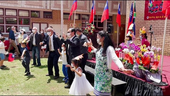 全場僑民一同唱跳慶祝中華民國生日快樂
