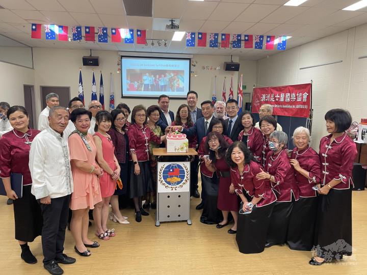 主辦單位準備生日蛋糕慶祝雙十國慶與國樂協會成立6周年