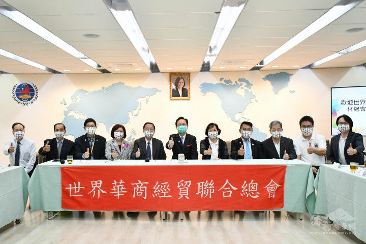 童振源(中)與世界華商經貿聯合總會團員合影