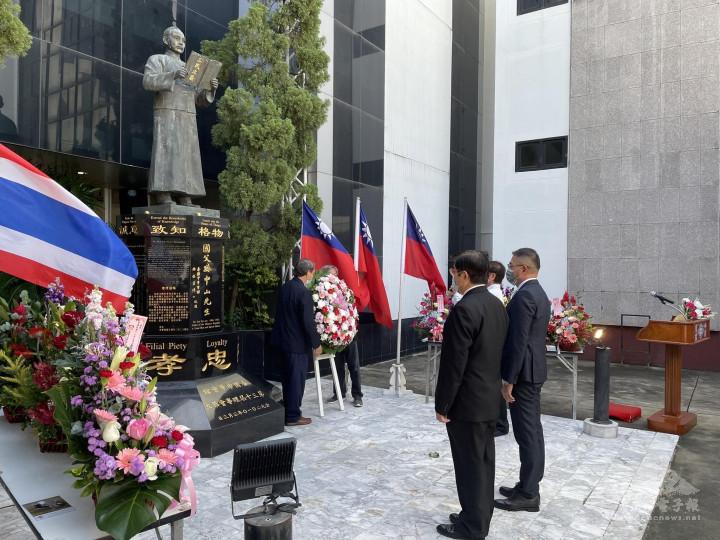 徐蔚民副代表及李那隆理事長共同向國父銅像獻花致敬