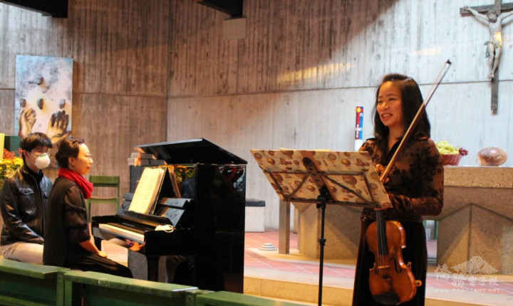 臺籍小提琴家梁涵琳(右)與韓籍鋼琴家劉炫周(中)
